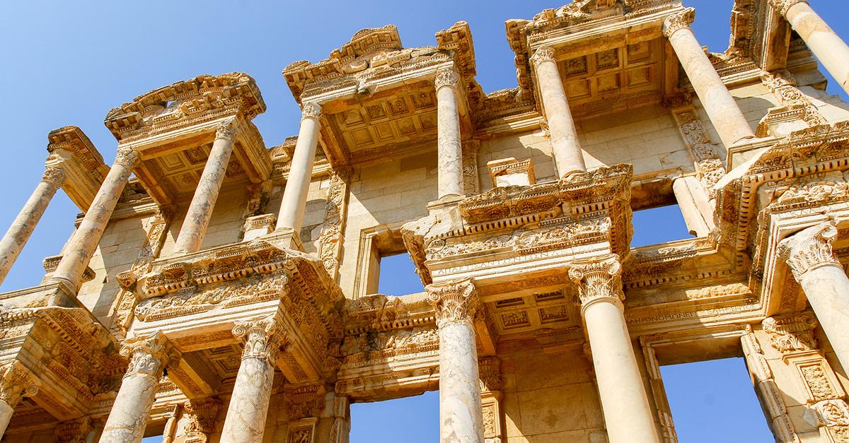 Efes Antik Kenti Kalıntıları Arasında Yürüyün