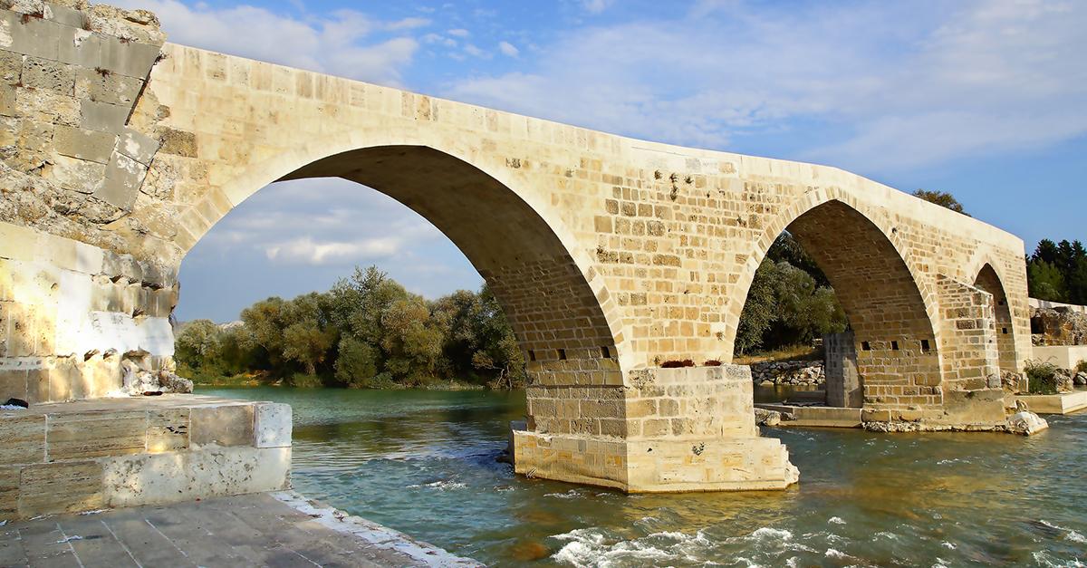 Tarihi Aspendos Köprüsünde Yürüyün